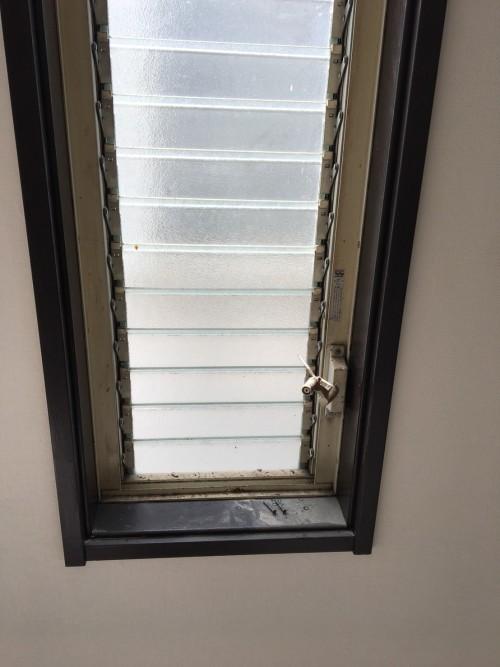 窓枠サッシ前